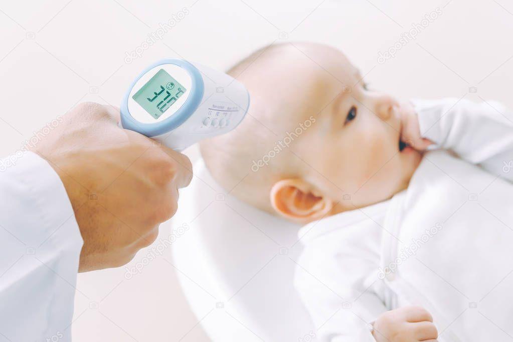 Как нужно мерить температуру тела у новорожденного?