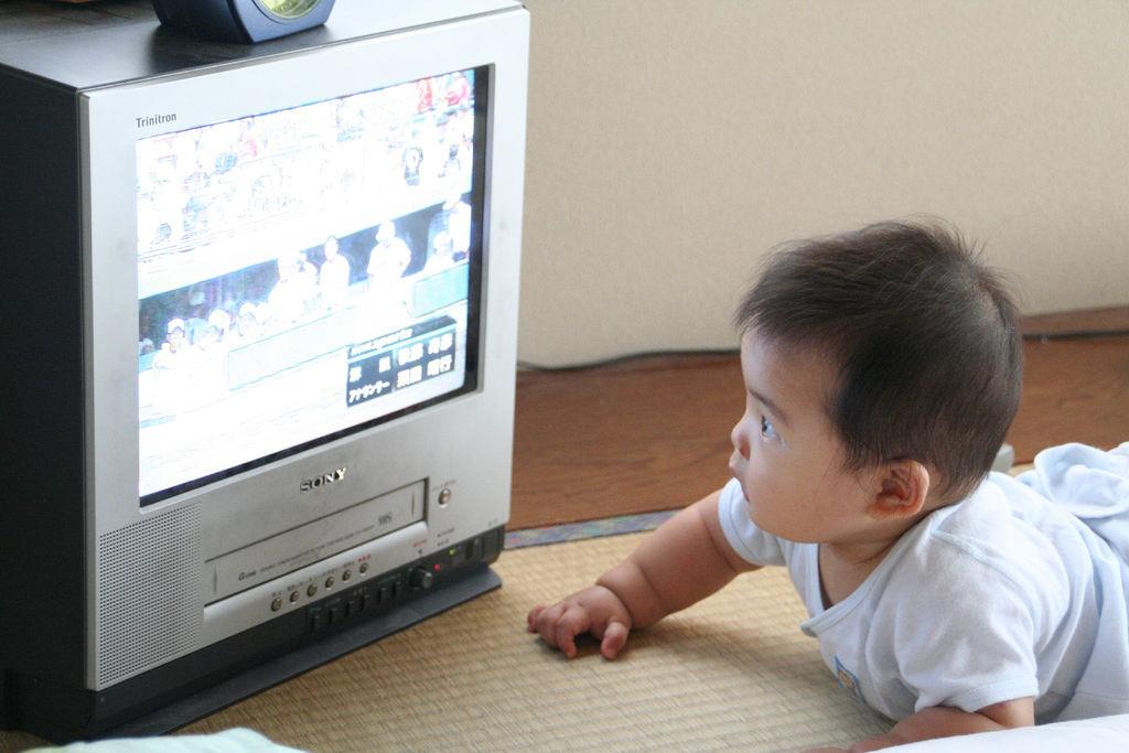 Дети и телевизор: что смотреть, в каком возрасте, сколько - и можно ли смотреть ребенку телевизор вообще?