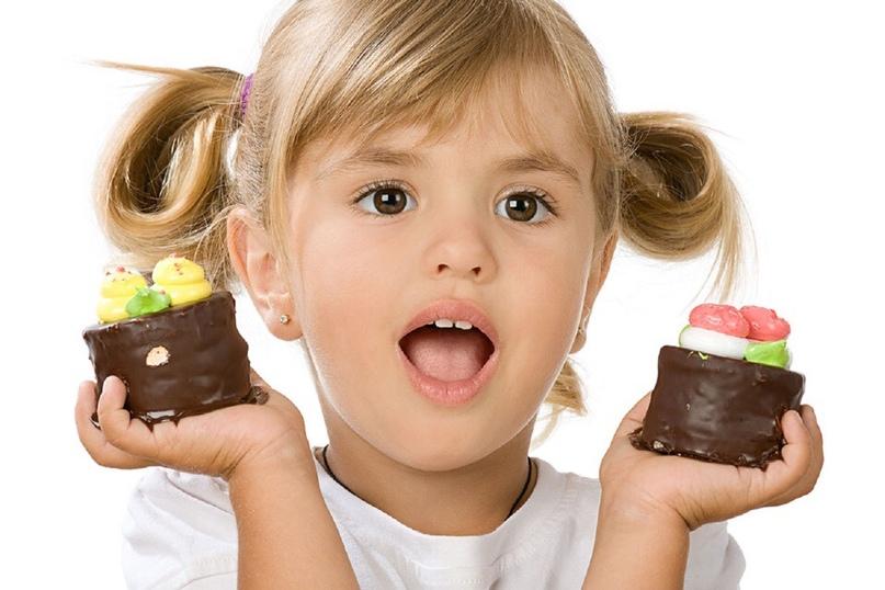 Когда и сколько можно давать сладкого ребенку