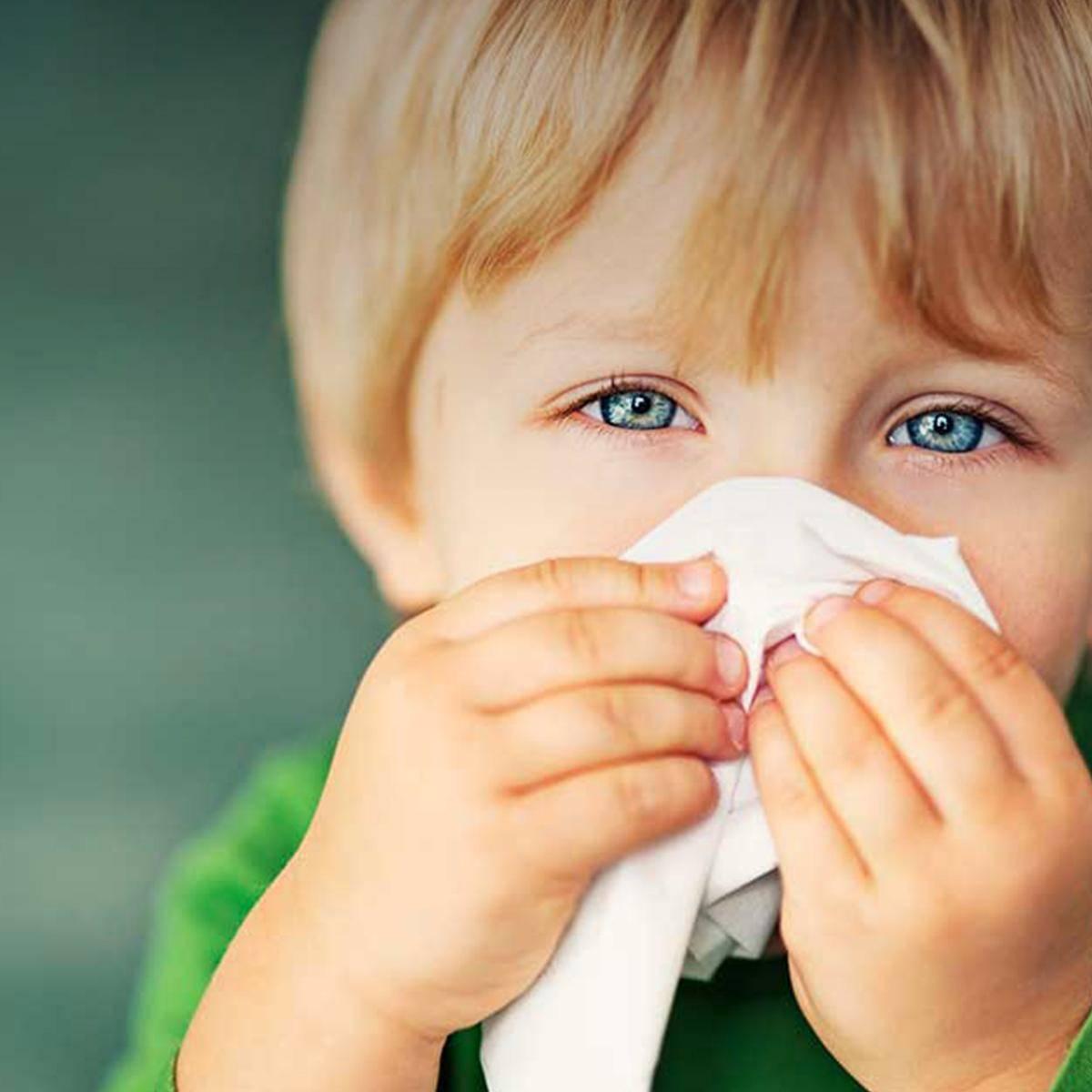 Что делать, если у ребёнка гноятся глаза и насморк