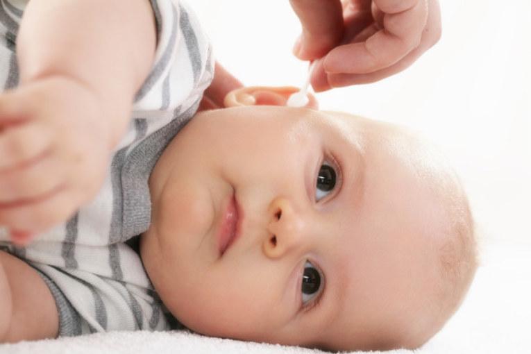 Почему дети чешут уши