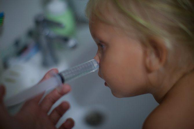 Чем промывать нос ребенку при насморке: средства для промывания при простуде - чем лучше