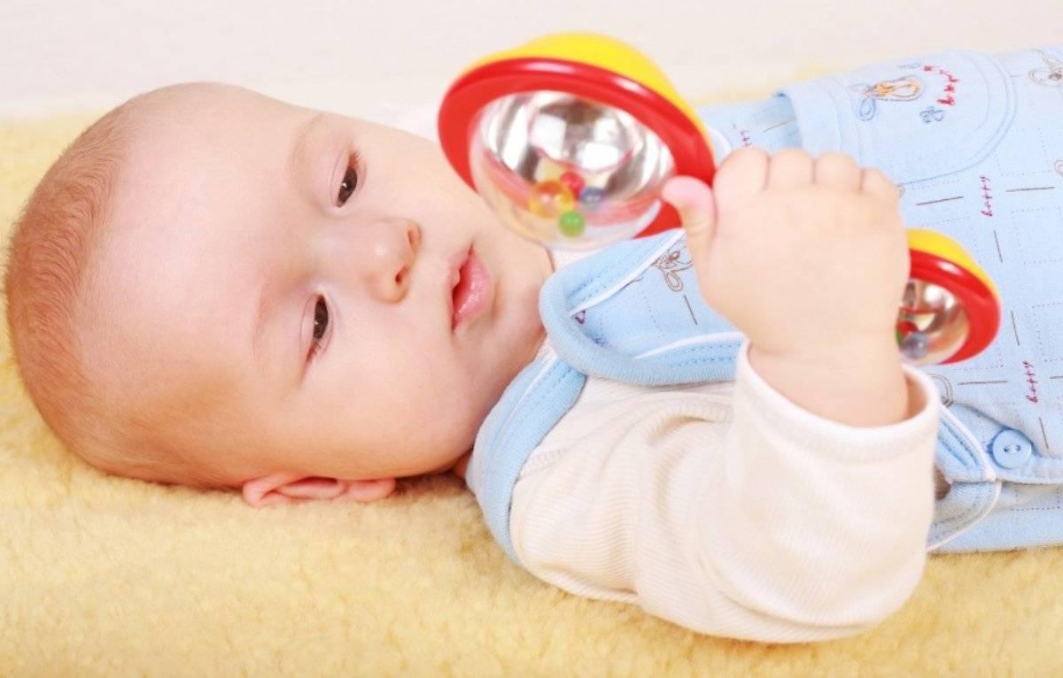 Когда новорожденному нужны погремушки | мама супер!