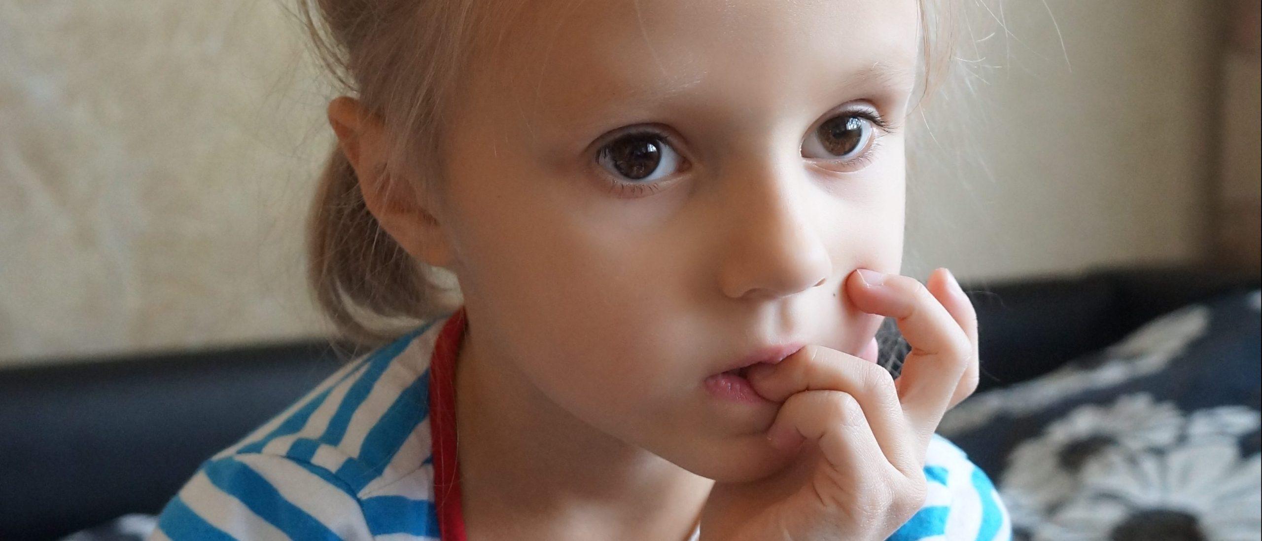 Почему ребенок грызет ногти - причины и как отучить