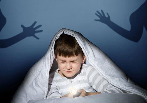 Ребенок 2-3 лет просыпается ночью с истерикой и не знает, чего хочет — причины и коррекция ночных страхов и кошмаров