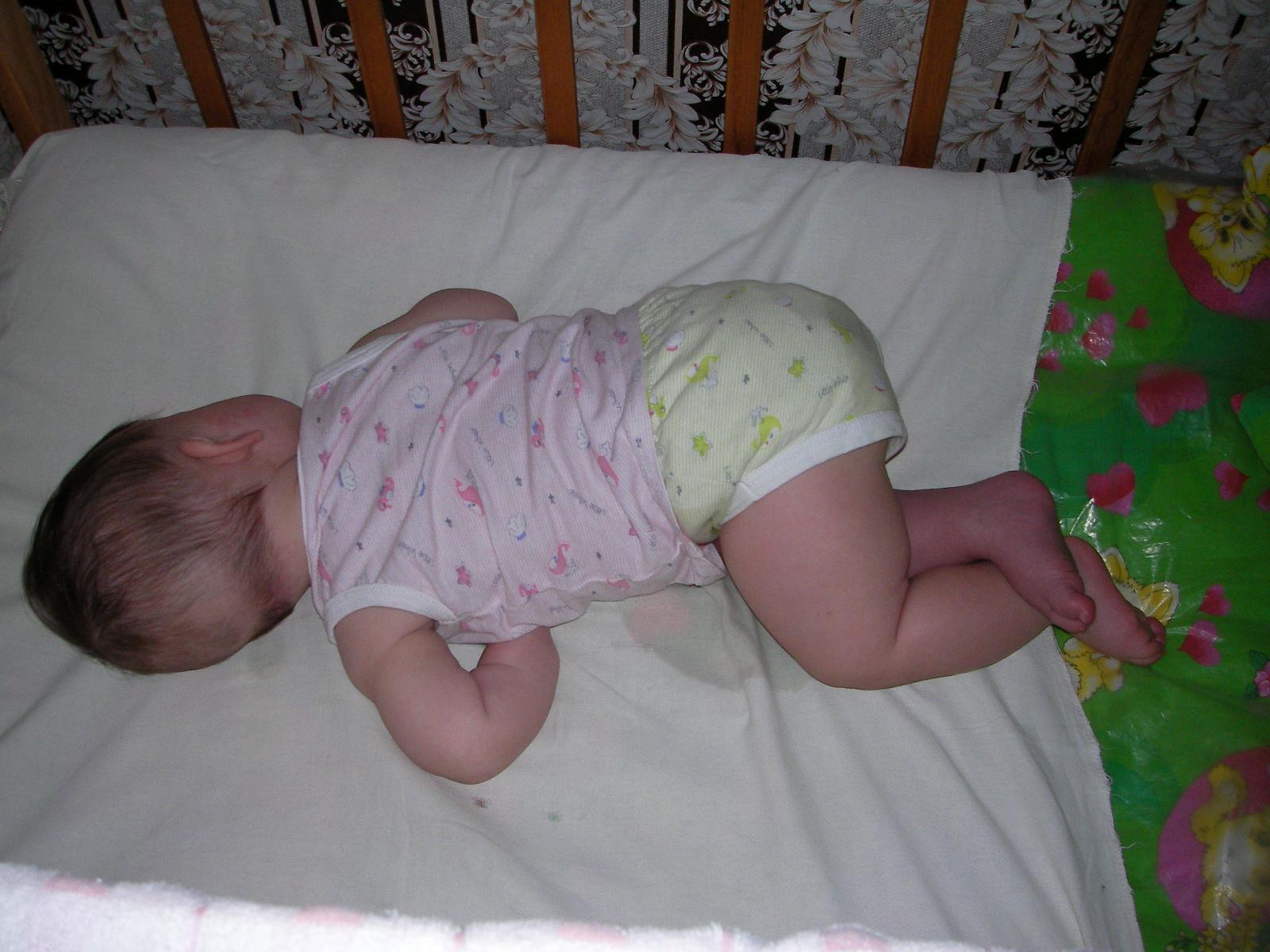 Новорожденный ребенок тужится и кряхтит
