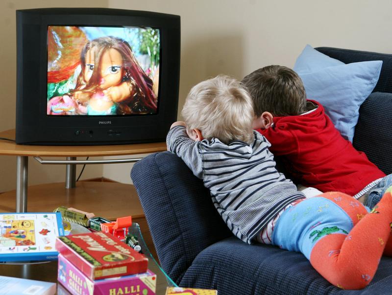 Можно или нельзя грудным детям смотреть телевизор и почему