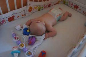 Выкладывание на живот новорожденного: когда и как