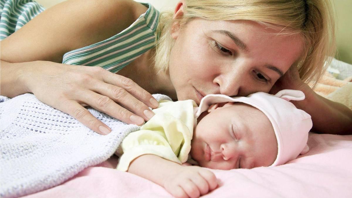 Нужно ли будить грудного ребенка для кормления, как разбудить правильно