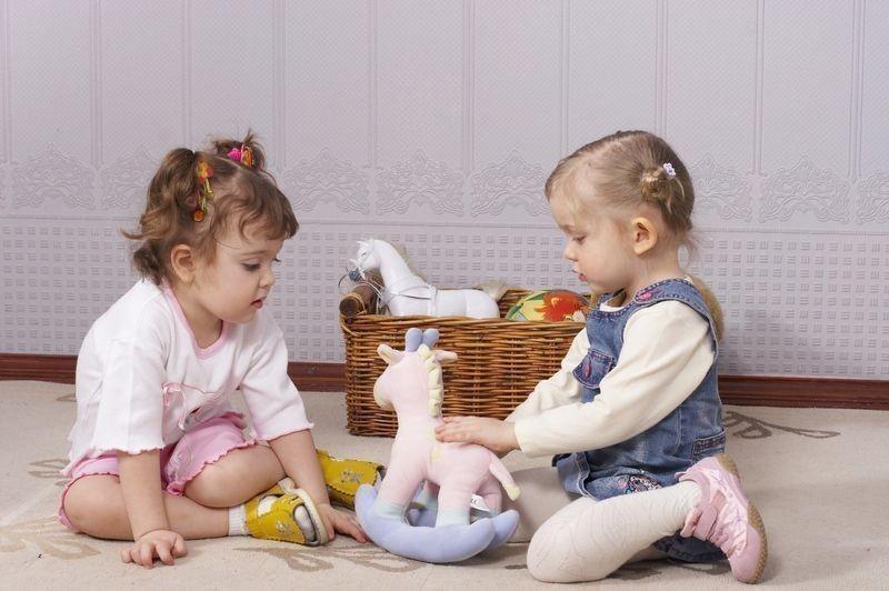 Как научить ребенка делиться или почему ребенок жадничает