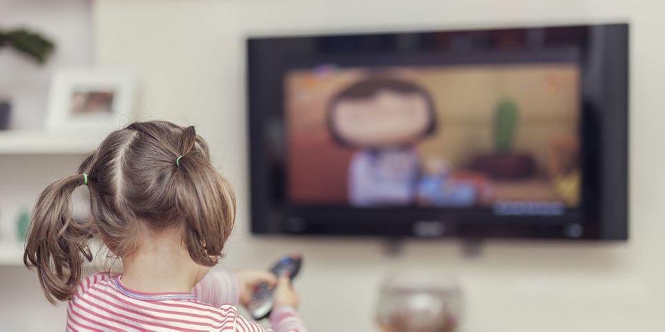 Дети и телевизор: что смотреть, в каком возрасте, сколько — и можно ли смотреть ребенку телевизор вообще?