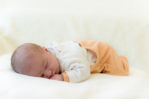 Можно ли новорожденному спать на животе? сон младенца на животе — плюсы и минусы | mamaplus