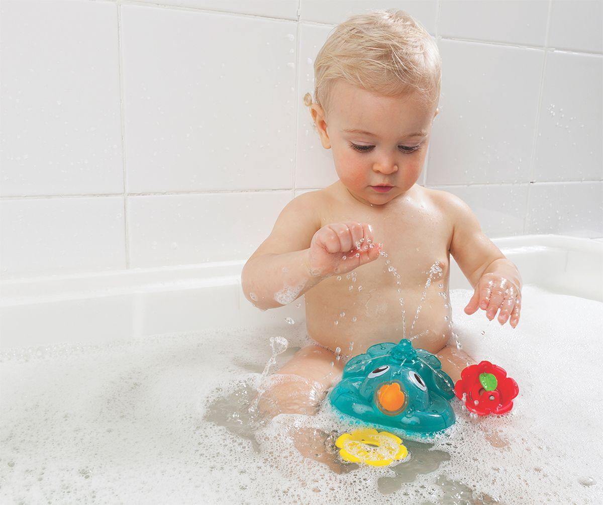 Игры ребенка в ванной комнате