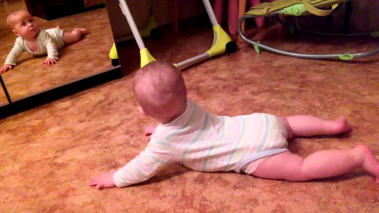 Как научить ребенка ползать: учтите возраст, выберите упражнения