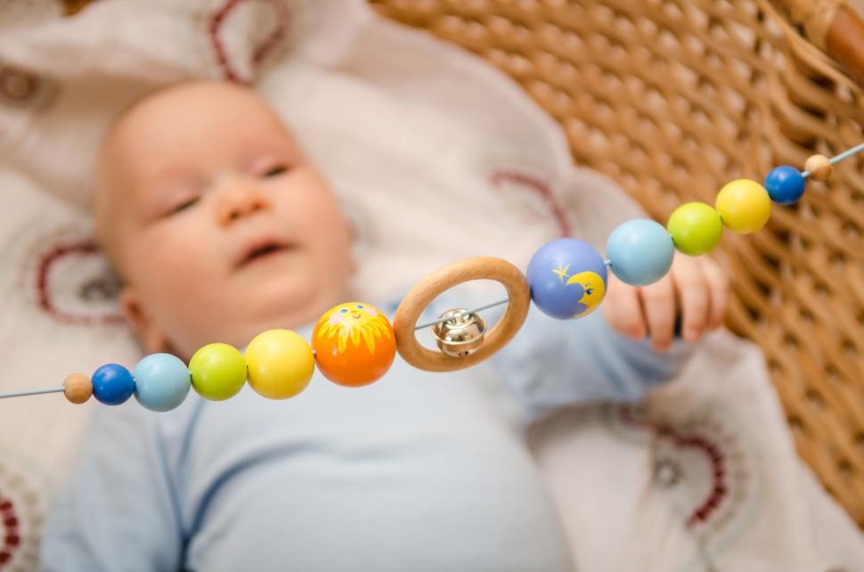 Когда вешать мобиль в кроватку для новорожденных, нужен или нет он ребенку, с какого возраста можно использовать и как выбрать?