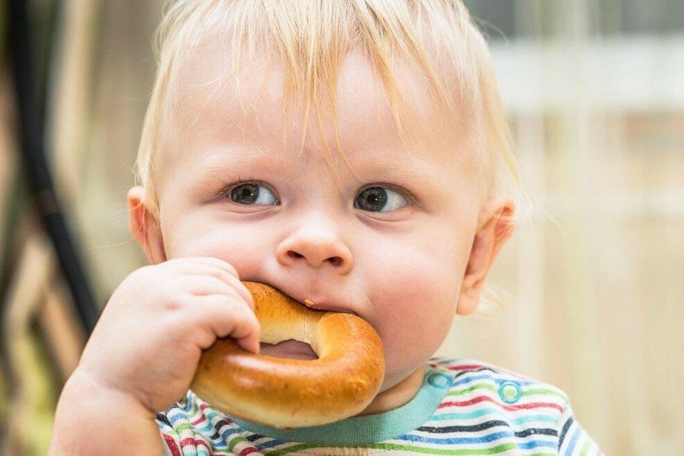 Как научить ребенка жевать пищу?