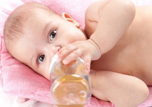 Когда можно давать ребенку яблочный сок или соки грудничку — как правильно вводить в меню, сколько и какие соки давать малышу