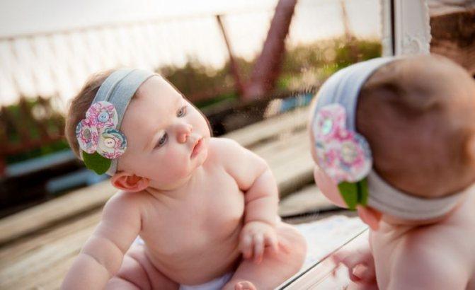 Почему маленьких детей нельзя показывать в зеркало, примета и пояснения