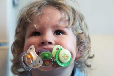 6 полезных рекомендаций врача о том, как приучить ребёнка к соске-пустышке и стоит ли это делать