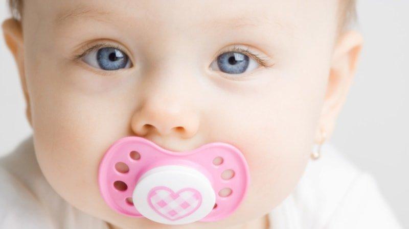 Как приучить ребёнка к соске: отношения новорождённого и пустышки