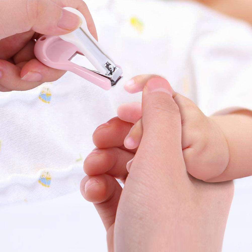 Как подстричь ногти новорожденному на ногах и ручках