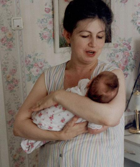 Как правильно держать новорожденного ребенка?