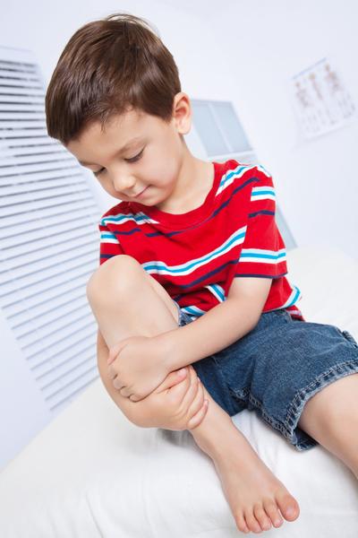 У ребенка болят ноги без видимых причин: что делать и почему болят по ночам