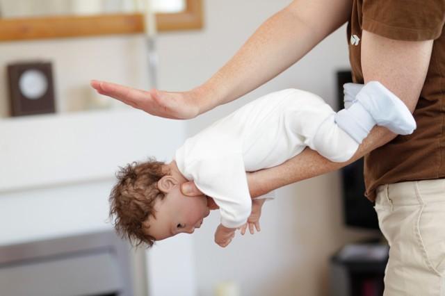 Что делать если ребенок подавился и задыхается: действия родителей и уроки спасения