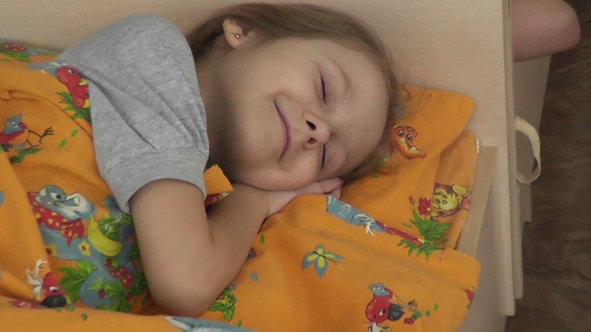 Мамин опыт: 5 простых способов уложить ребёнка спать днем без слёз и капризов