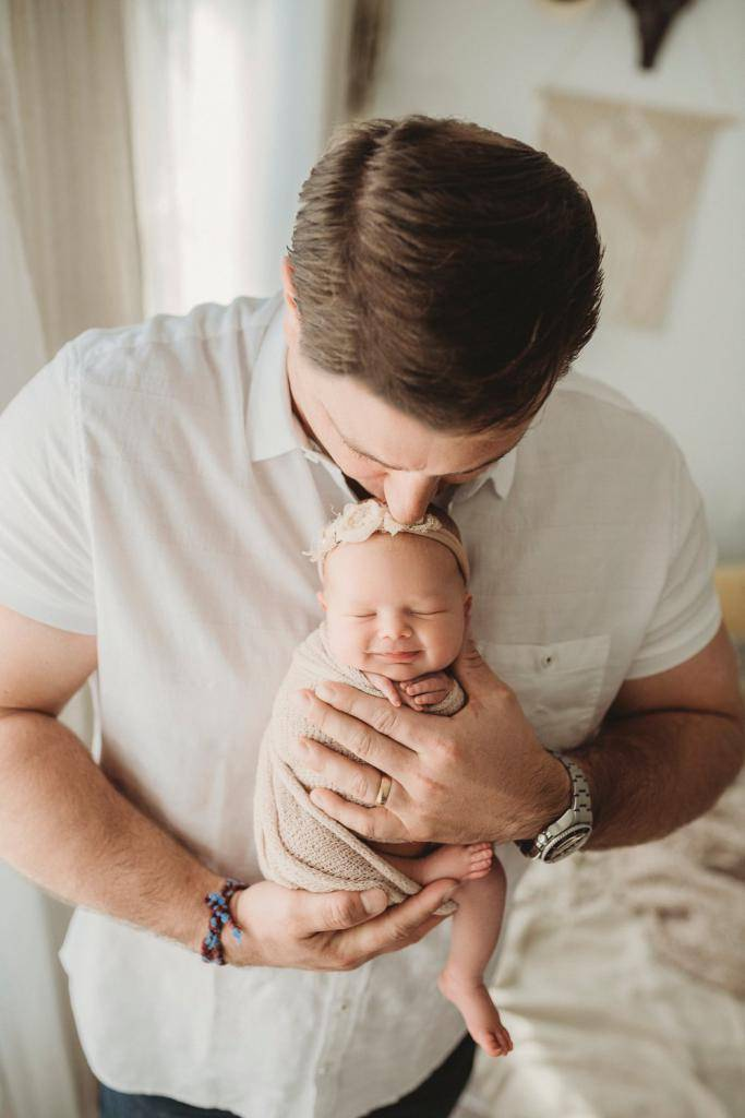 Как можно держать ребенка на руках в 1, 2, 3, 4 и 5 месяцев: правила и позы