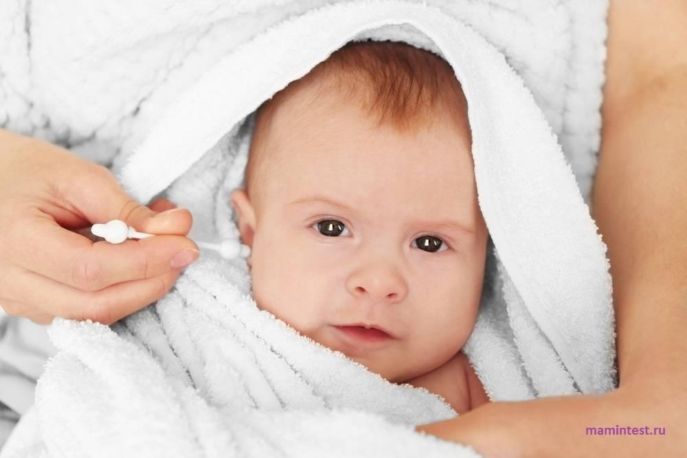 Как чистить уши новорожденному, убирать корочки и опрелости