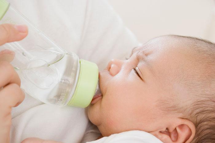 Как допаивать грудничка водой при искусственном вскармливании