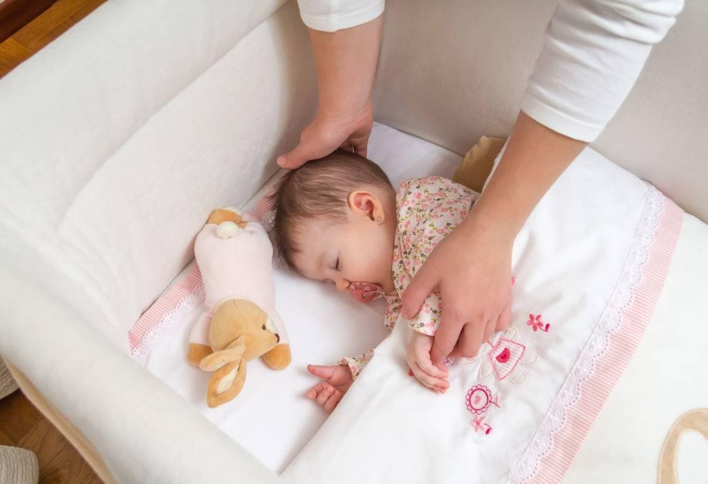 Как отучить ребенка от качания перед сном на руках и в кроватке: способы, сложности