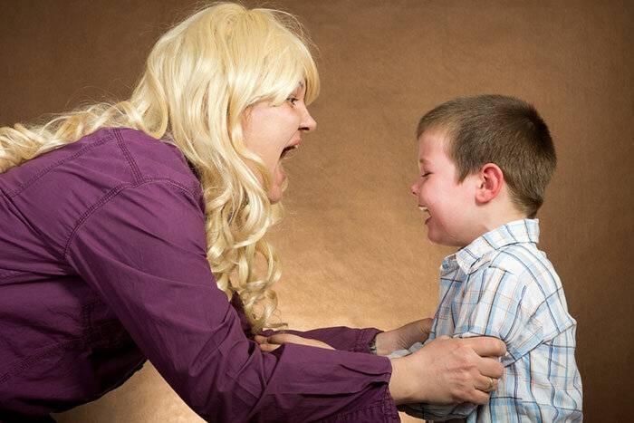 Почему ребенок плохо ведет себя с мамой, а с другими хорошо?