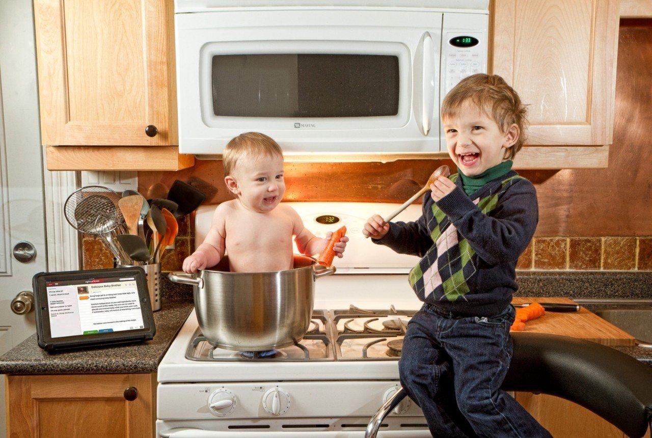 Чем занять ребенка на кухне, пока мама готовит