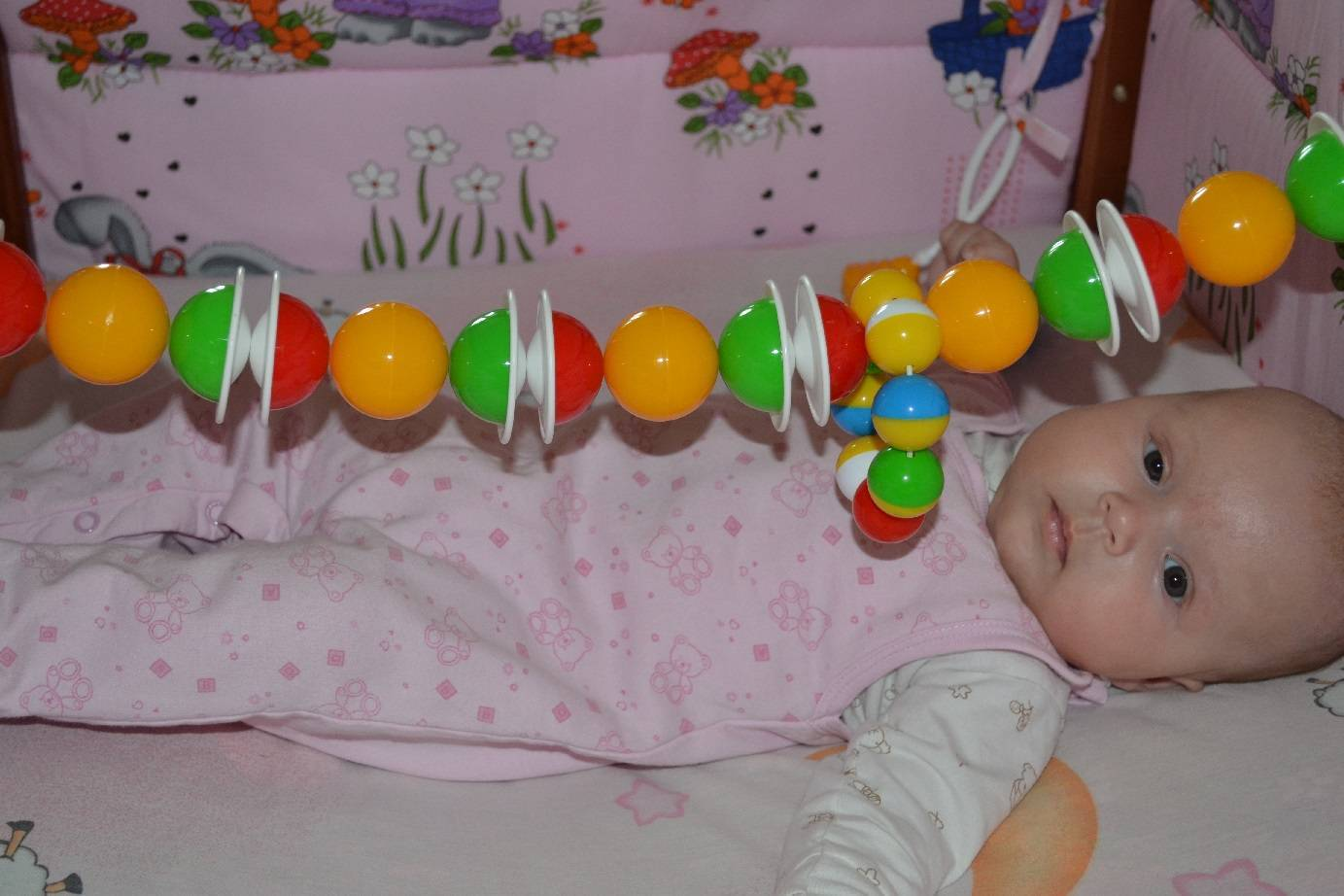 Когда ребенок начинает держать игрушку в руках?