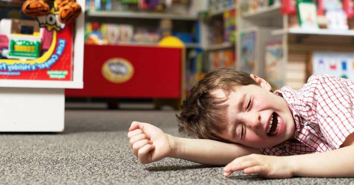 Почему ребенок бьет себя по голове: причины и методы исправить это