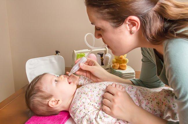 Чем и как лечить прозрачные жидкие сопли у ребенка, какие капли капать?