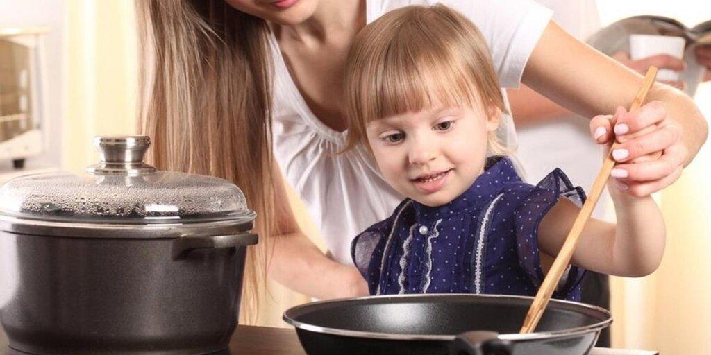 5 способов занять ребёнка на кухне, пока вы готовите еду
