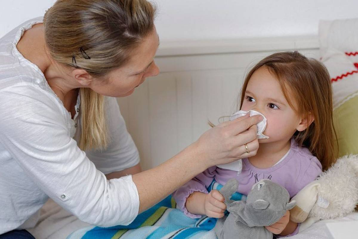 3 болезни, при которых появляются конъюнктивит и сопли у ребенка
