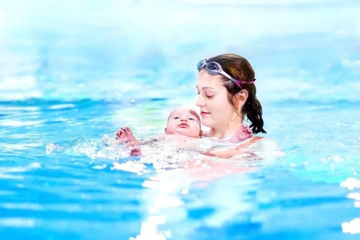 Учим грудничка плавать и нырять: как и когда начинать занятия с новорожденными дома в ванне. много видео инструкций