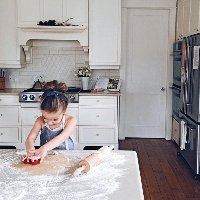 Как занять детей на кухне, пока мама готовит - интересные игры для детей