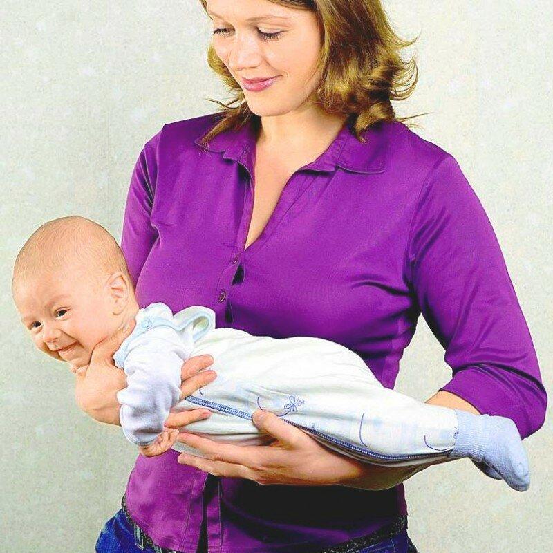 Как нельзя держать грудничка фото? | мамина любовь