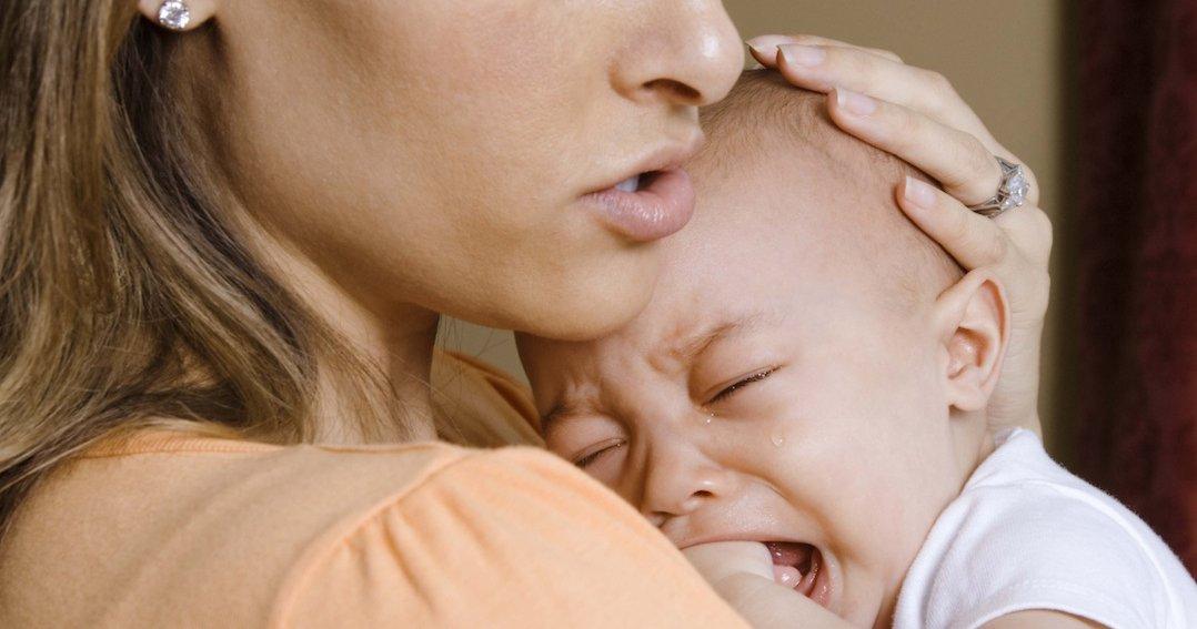 Как успокоить новорожденного, когда он плачет: инструкция с видео