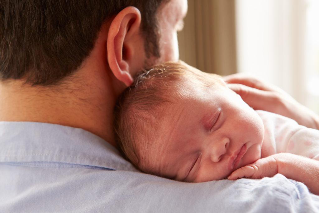 Послеродовая депрессия у отцов: почему она возникает и как помочь молодому папе