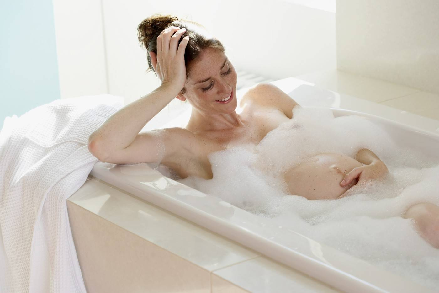 Когда можно принимать ванну после кесарева и родов, можно ли кормящей маме ходить в бассейн и через какое время
