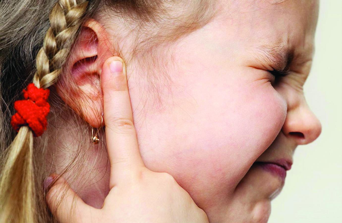 Отит у новорожденных: причины, как проявляется болезнь у грудничка, как понять, что младенец болен отитом
