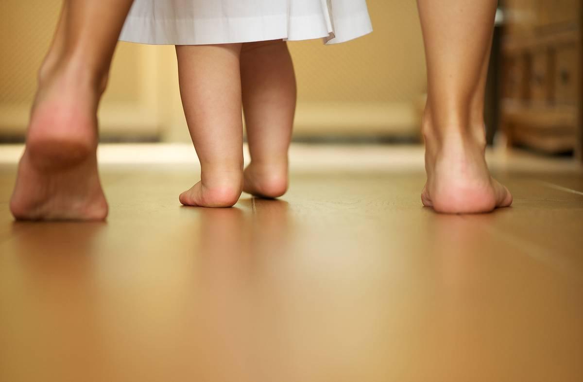 Ребенок в 1 год ходит на носочках — причины такого поведения