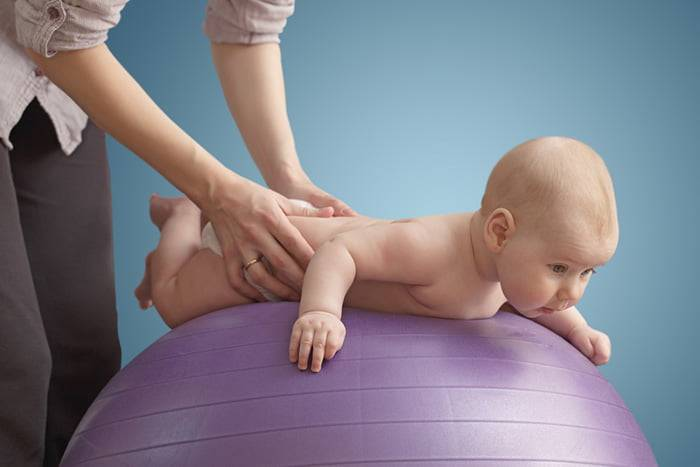 Как научить ребенка держать голову?