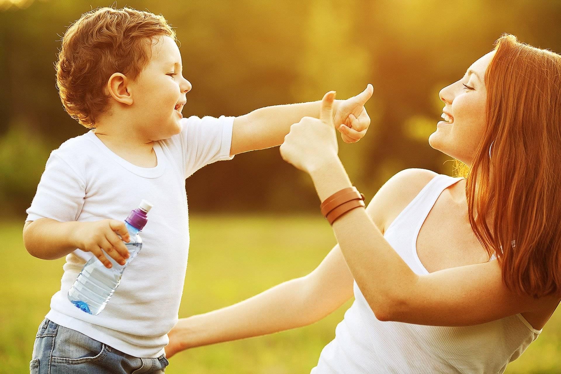 Ребенок не отпускает от себя маму ни на шаг: что делать? совет психолога